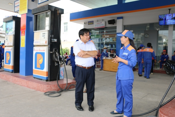 PGĐ Petrolimex Cần Thơ - ông Hồ Phú Triệu trực tiếp giám sát, nhắc nhở các học viên thực hành nghiêm túc quy trình bán hàng 5 bước tại CHXD số 03