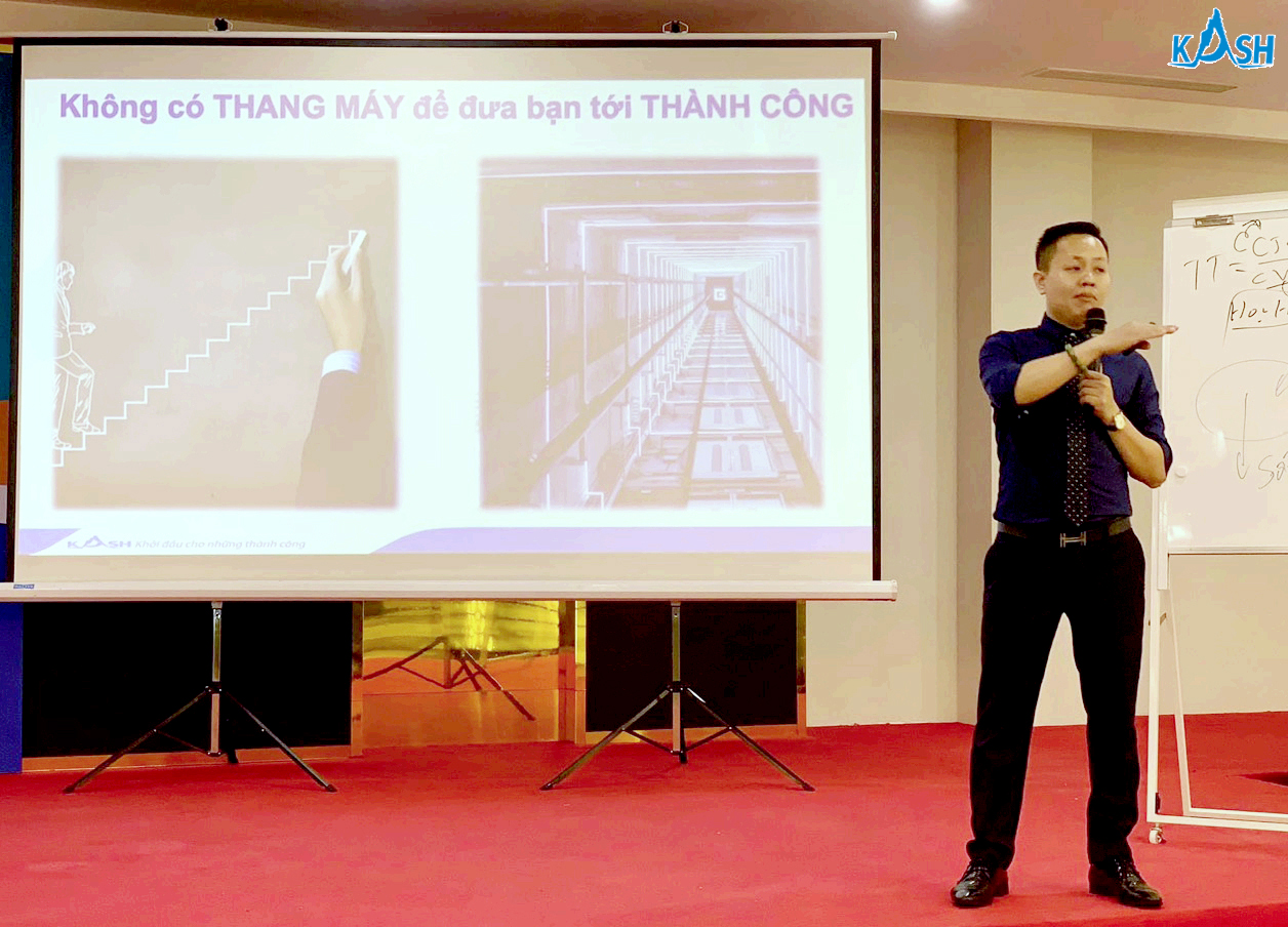 Diễn giả  Nguyễn Bá Cự  - Tổng giám đốc Kash Việt Nam chia sẻ tại buổi giảng