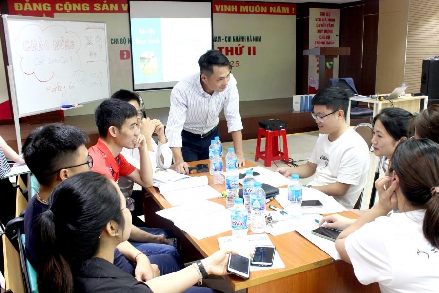Giảng viên trao đổi với học viên trong buổi đào tạo