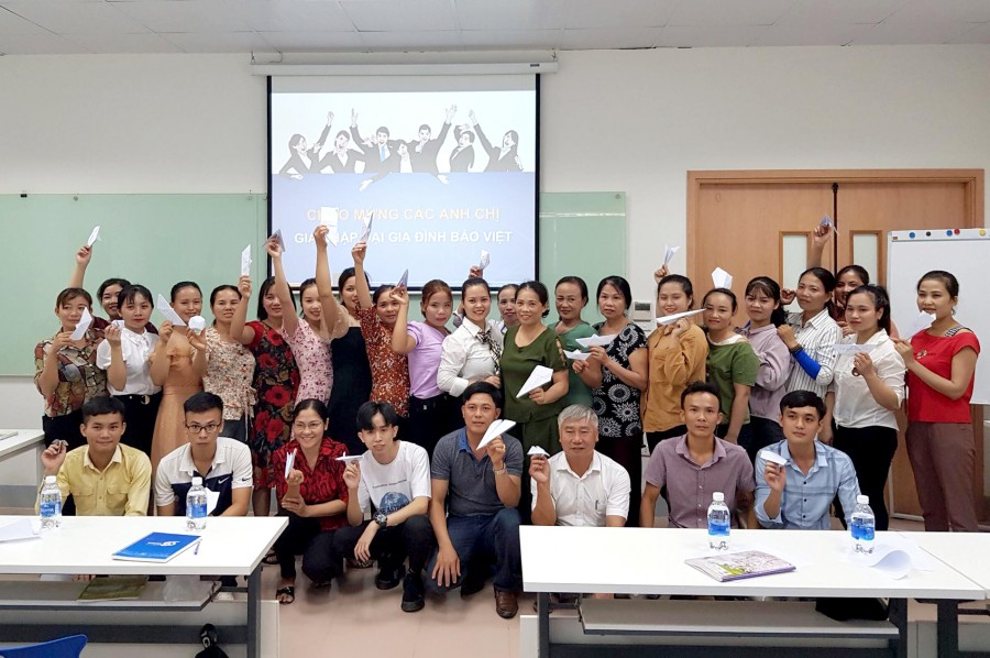 Giảng viên Phan Thị Kim Giang chụp ảnh cùng học viên