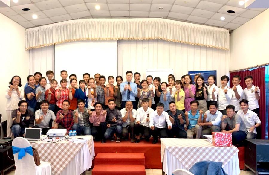 Giảng viên Đào Văn Đức chụp ảnh kỉ niệm cùng học viên BVNT Tiền Giang