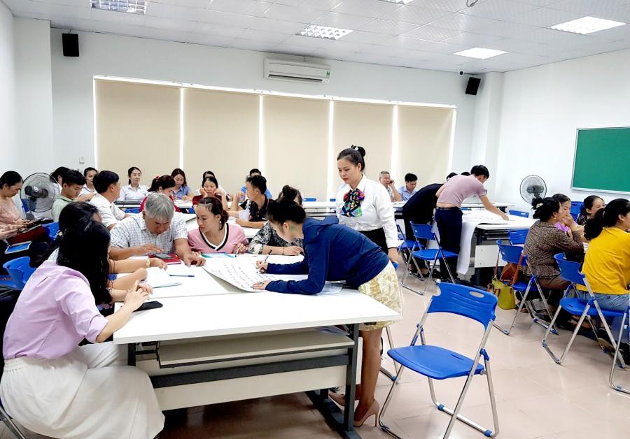 Giảng viên Phan Thị Kim Anh hướng dẫn học viên thực hành nhóm